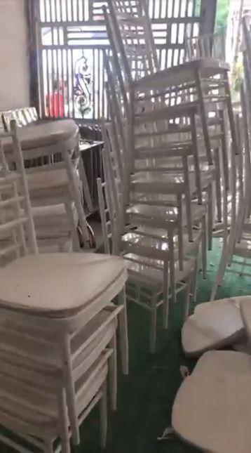 Cảnh ngổn ngang la liệt bàn ghế, phông bạt ở nhà hàng Điện Biên sau khi bị bùng cưới.