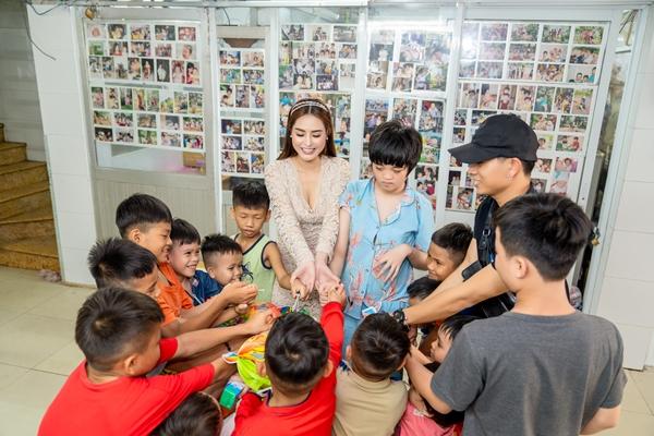 Hoa hậu Việt Nam Thế giới 2018 Di Khả Hân trao quà Trung thu cho trẻ em khó khăn 4