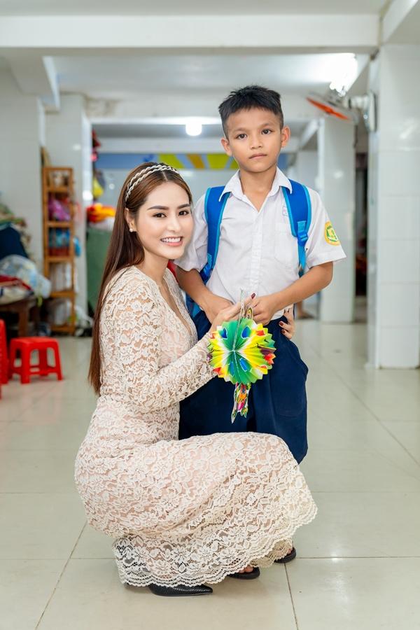Hoa hậu Việt Nam Thế giới 2018 Di Khả Hân trao quà Trung thu cho trẻ em khó khăn 1