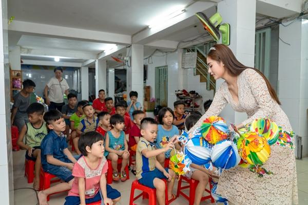 Hoa hậu Việt Nam Thế giới 2018 Di Khả Hân trao quà Trung thu cho trẻ em khó khăn 0