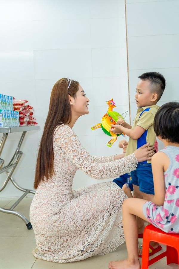 Hoa hậu Việt Nam Thế giới 2018 Di Khả Hân trao quà Trung thu cho trẻ em khó khăn 5