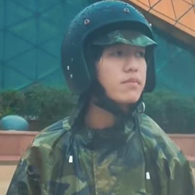 Vẻ mặt anh chàng gặp mưa khi đang đi chơi ở Đà Lạt.