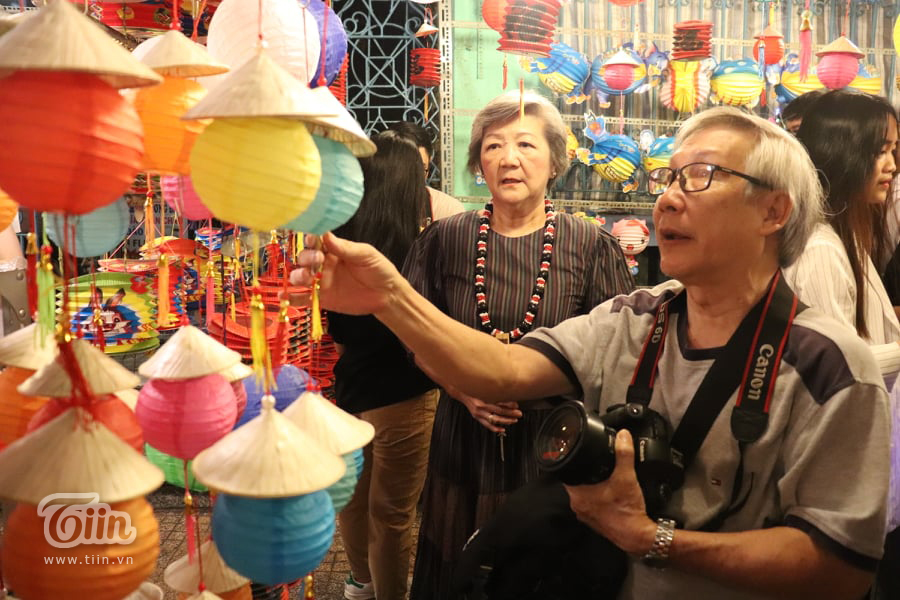 Xuất hiện cặp đôi U70 chiếm trọn spotlight phố Trung thu Lương Nhữ Học 0