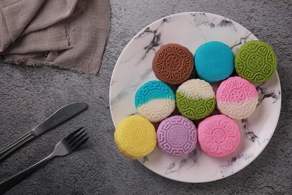 Bánh trung thu dẻo lạnh có nguồn gốc từ nước ngoài, hấp dẫn thực khách bởi màu sắc đa dạng.