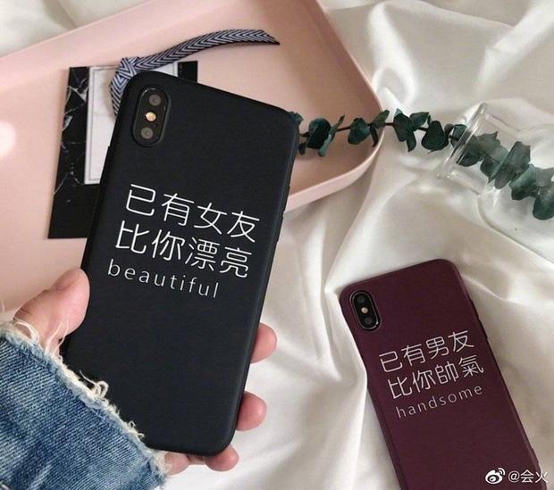 Chiếc ốp đang gây xôn xao mạng xã hội của Hoàng Cảnh Du với dòng chữ 'Tôi đã có bạn gái, xinh đẹp hơn cả bạn'