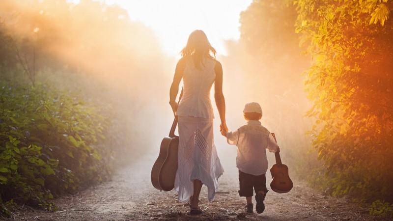 Nhận con nuôi cũng là một lựa chọn cho phụ nữ đơn thân.