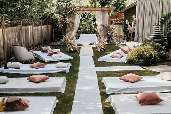 Khách mời sẽ ngồi xếp bằng trên mặt đất theo truyền thống trong đám cưới của người Sikh.