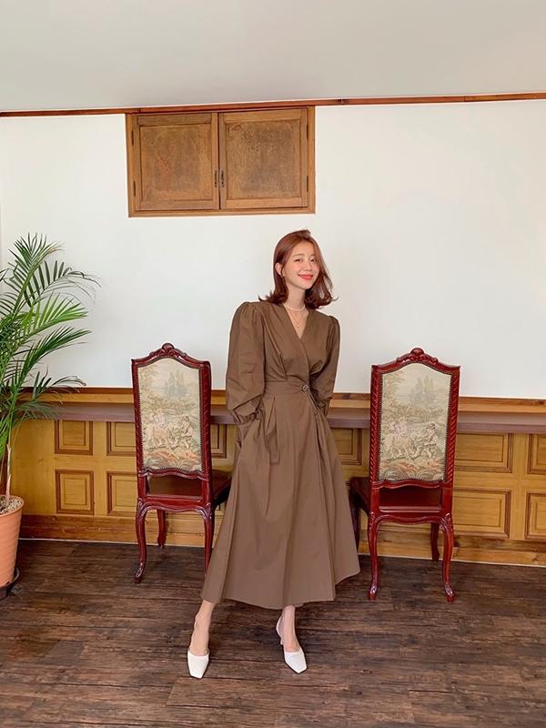 Để chắc chắn rằng mình sẽ mặc đẹp mà không cần mix đồ kì công với tông màu nâu, bạn chỉ việc sắm ngay chiếc váy đơn giản nhưng xinh xắn là được nhé! Item này vừa hợp mùa thu vừa trendy hết xảy.