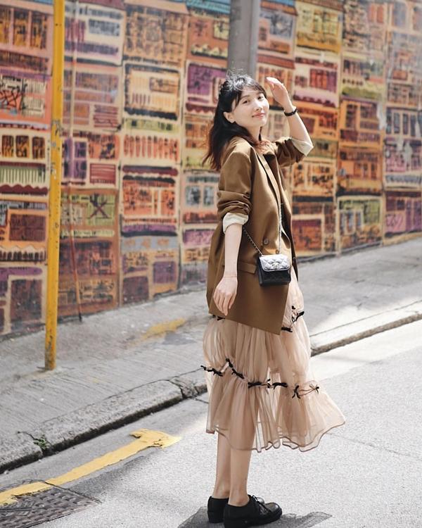 Những nàng mê áo blazer style thanh lịch chắc chắn sẽ ''bồ kết'' item màu nâu đất sang xịn mịn này. Nếu mix cùng một chiếc váy voan màu be bạn sẽ dễ được khen có gu hơn nữa bởi be và nâu luôn là bộ đôi màu sắc kinh điển trong thời trang.