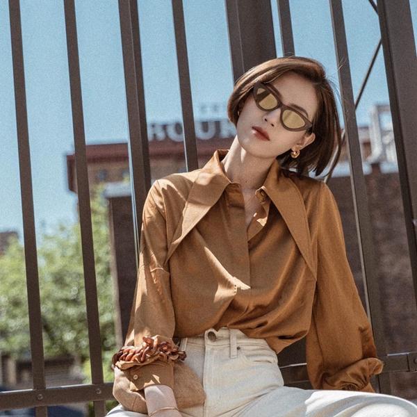 Ngoài váy áo điệu đà thì những mẫu sơ mi màu nâu cũng dễ được lòng các tín đồ thời trang. Item này chẳng hề kén chọn, dễ mix match, nhưng để chắc chắn sẽ có một cây đồ chuẩn chỉnh nhất, bạn có thể diện nó cùng một chiếc quần jeans trắng.