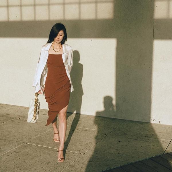 Muốn style phá cách hơn chút, hãy thửmột chiếc váy xẻ dáng ôm tông nâu và mix cùng áo khoác sơ mi trắng. Phối thêm túi xách kèm sandals cao gót đồng điệu nữa, trông bạn có sang chảnh và ấn tượng hơn không nào?