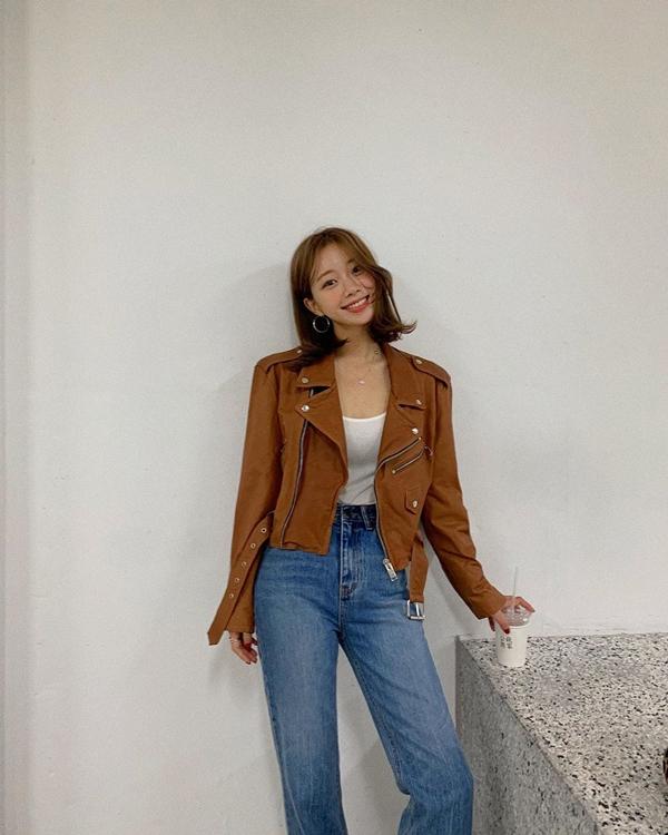 Những cô nàng cá tính hẳn chẳng thể bỏ qua mẫu áo jacket da màu nâu. Chỉ cần mix item này cùng quần jeans và áo thun mỏng là đảm bảo điểm ưng mắt và sành điệu tuyệt đối.