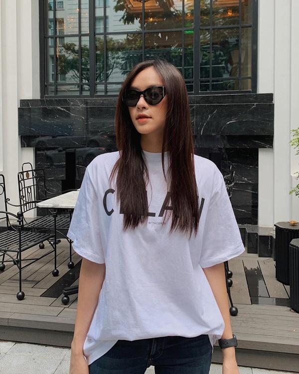 Bên cạnh những set đồ sang trọng, người đẹp sinh năm 1998 cũng yêu thích các kiểu trang phục đơn giản như áo sơ mi oversize hay áo phông kết hợp với quần skinny.
