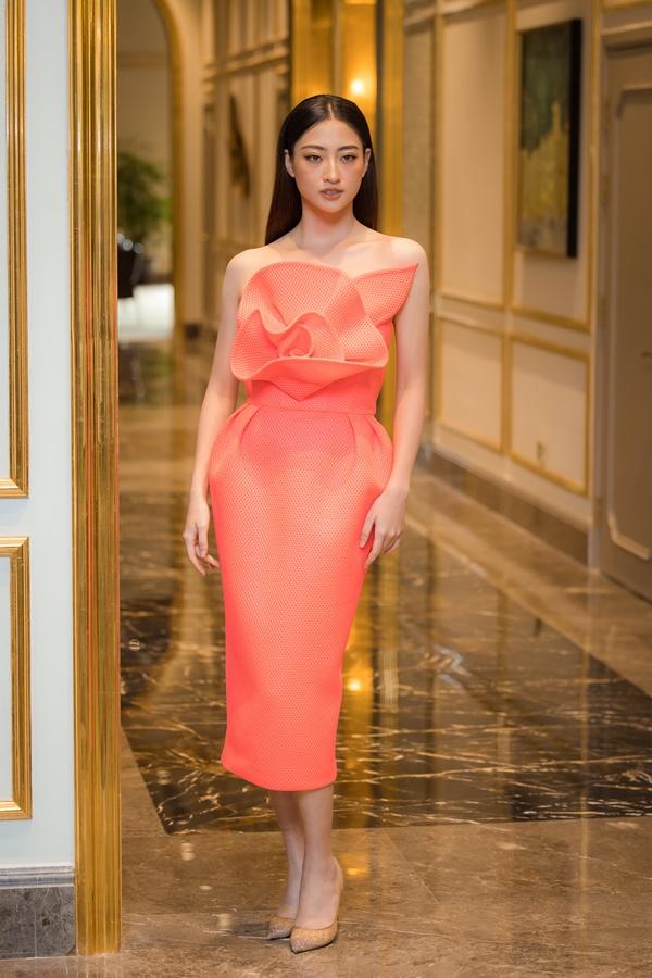 Đương kim Hoa hậu Thế giới Việt Nam - Lương Thùy Linh chọn một chiếc váy tông hồng cam tinh tế.