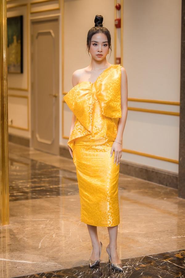 Á hậu Thúy An'vàng tươi' với mẫu đầm cùng điểm nhấn chiếc nơ 'siêu to khổng lồ'.