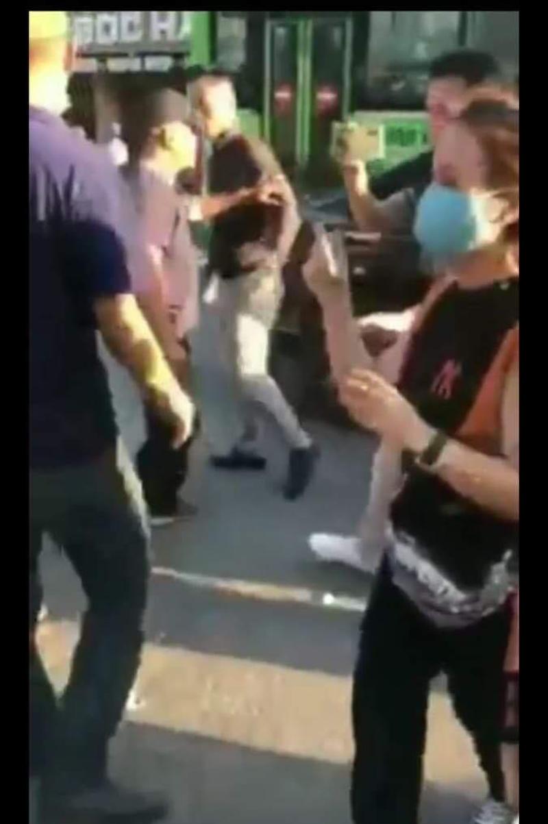 Nhìn thấy người chồng thẳng tay đánh vợ, một số người xung quanh đã chạy vào can ngăn.