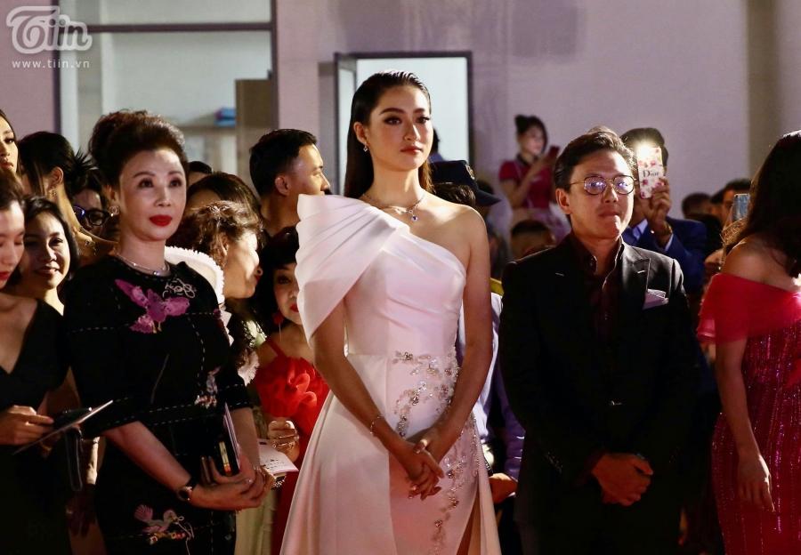 Miss World Vietnam 2019 Lương Thùy Linh khác lạ với kiểu tóc hất ngược, tone makeup sắc sảo cùng thiết kế lệch vai. Dù thời điểm đầu khi đăng quang, Thùy Linh được cho là khá giống với Đỗ Mỹ Linh nhưng bản thân cô nàng đã chứng minh được chính mình không phải 'bản sao' của một ai.