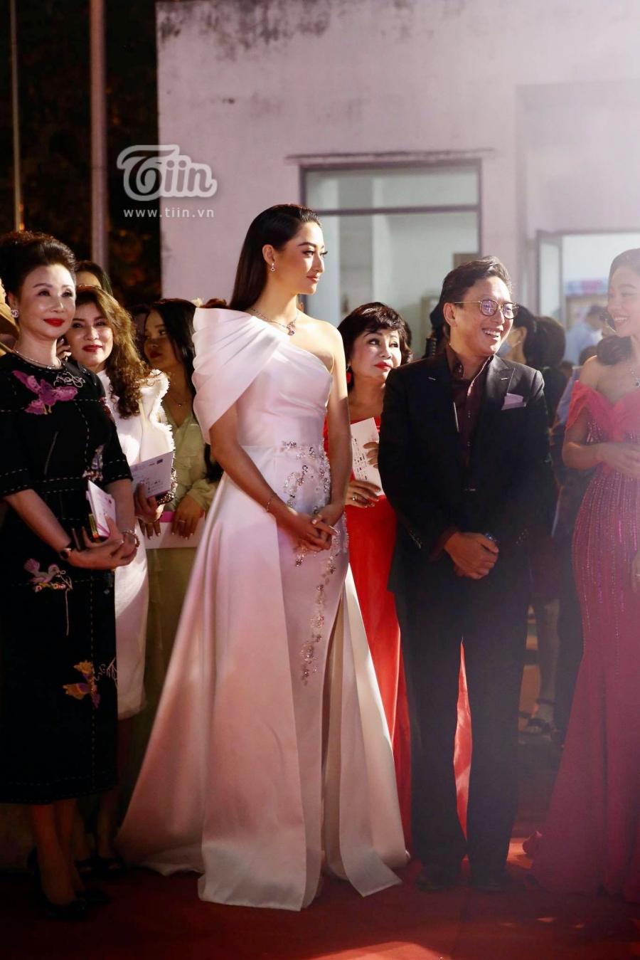 Thùy Linh đảm nhiệm vai trò MC cho đêm bán kết.