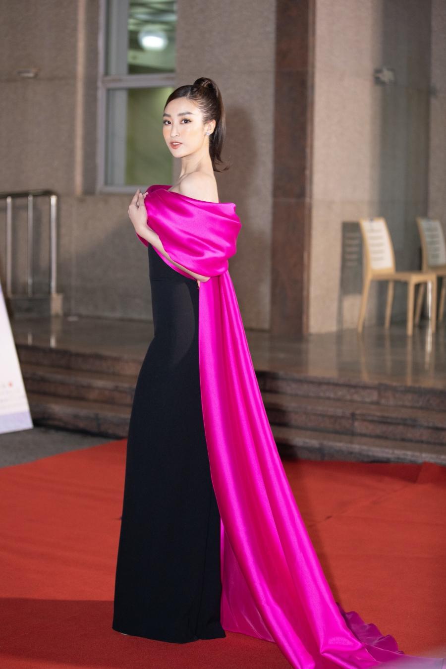 Vẫn như mọi khi, Hoa hậu Việt Nam 2016 Đỗ Mỹ Linh quyến rũ nhưng vẫn sang trọng, ý nhị trong thiết kế váy nơ kết hợp giữa hai màu đen - hồng cánh sen bắt mắt. Cô nàng khoe trọn bờ vai thon gầy, nõn nà 'đắt giá' của mình.