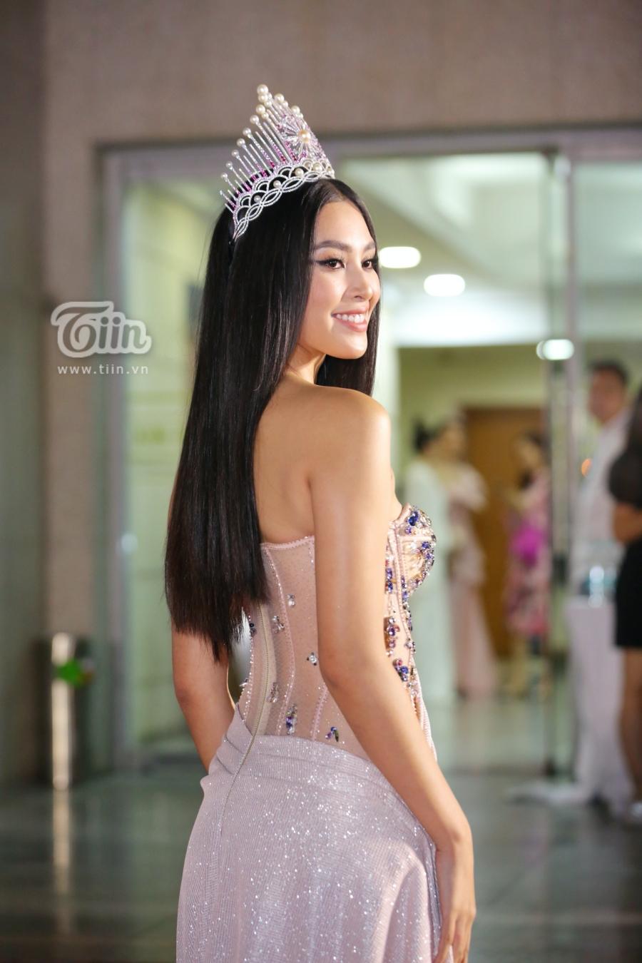 Hoa hậu Việt Nam 2018 Trần Tiểu Vy 'o ép' vòng 1 với chiếc đầm cúp ngực đính kim sa lấp lánh. Nói không ngoa khi gọi Tiểu Vy là chủ nhân của mọi 'spotlight' vào đêm nay với sắc vóc ngày càng gợi cảm, như lột xác hoàn toàn so với thời điểm mới đăng quang.