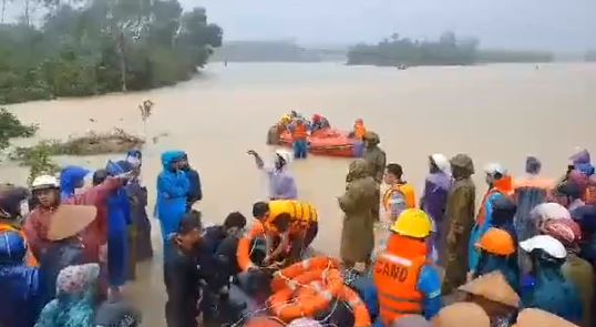 Tăng cường đội cứu hộ đi tìm sản phụ bị lũ cuốn trôi. Ảnh cắt từ clip Phước Tuấn.