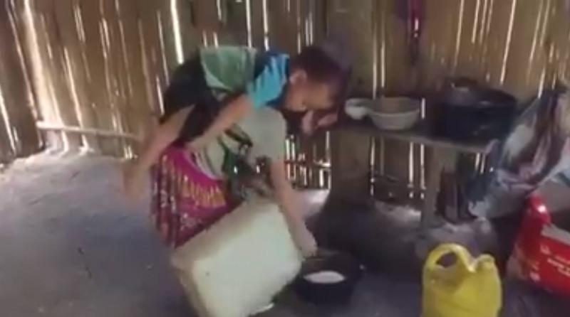 Không chỉ ở trường mà ở nhà bé gái 7 tuổi này còn phải vừa nấu cơm, làm việc nhà, vừa trông em