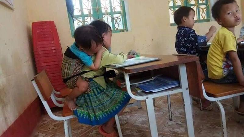 Hàng ngày Thào Thị Ninh đều địu theo em trai cùng đến trường (Ảnh: Beatvn)