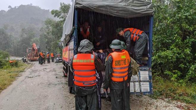 Phương tiện, lực lượng chi viện nhóm tiếp cận thủy điện Rào Trăng 3 lên đường để cứu nạn. Ảnh Sài Gòn Giải Phóng.