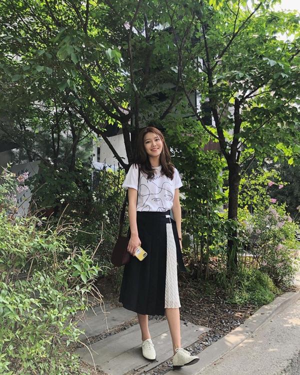 Vẫn là công thức đơn giản với áo phông trắng và chân váy midi nhưng nếu bạn chọn kiểu áo in họa tiết và chân váy thiết kế lạ mắt nhưSooyoung (SNSD) thì sẽ có ngay set đồ tươi trẻ, nổi bật và thời thượng.