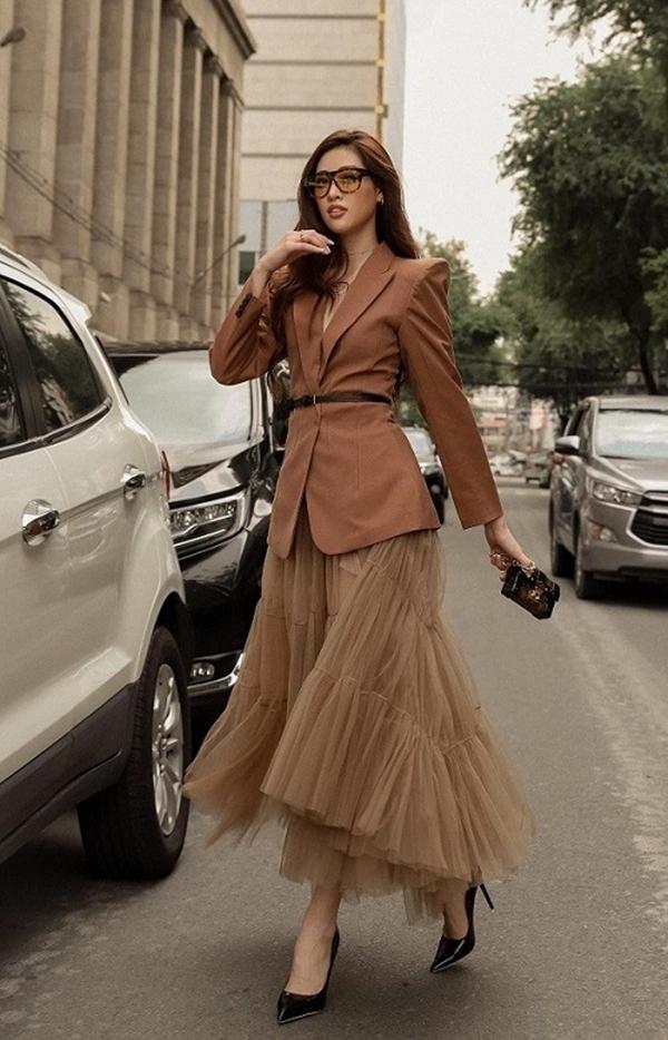 Hoa hậu Khánh Vân xuống phố với bộ cánh mang tông màu mùa thu dịu dàng. Lấy tông nâu - be làm chủ đạo, người đẹp mix blazer cùng chân váy midi chất liệu voan mềm mại. Chiếc thắt lưng thanh mảnh giúp tạo sự thu hút vào vòng eo thon của cô nàng.