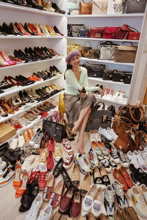 Khoảnh khắc Thanh Hằng khoe số đôi giày mà cô sở hữu là niềm ao ước của tất cả các cô gái.Không chỉ giày, lấp ló đằng xa và dưới sàn nhà là loạt kiểu túi xách đến từ những thương hiệu thời trang đắt đỏ bậc nhất thế giới.