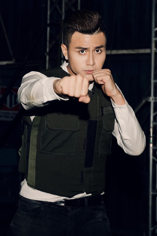 Trong phim, anh vào vai một cảnh sát điển trai và tinh nhuệ