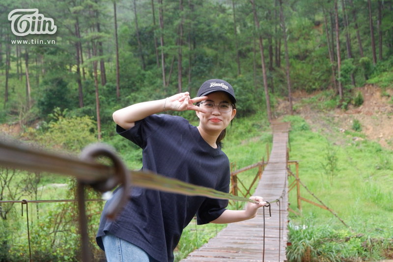 Hương Trà thích thú khi được tận mắt thấy chiếc cầu.