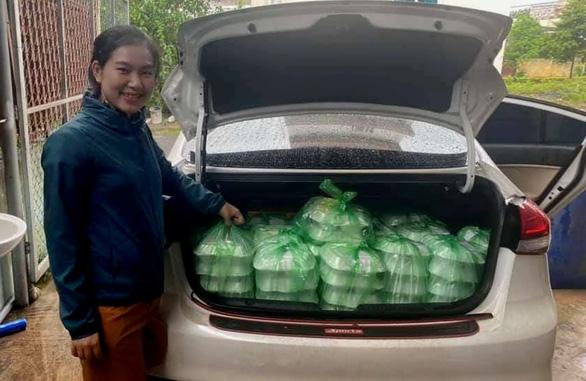 Hàng trăm suất cơm được chị Ánh đưa tới trợ giúp người dân Lao Bảo và trưa 9/10 - Ảnh: Ngọc Ánh