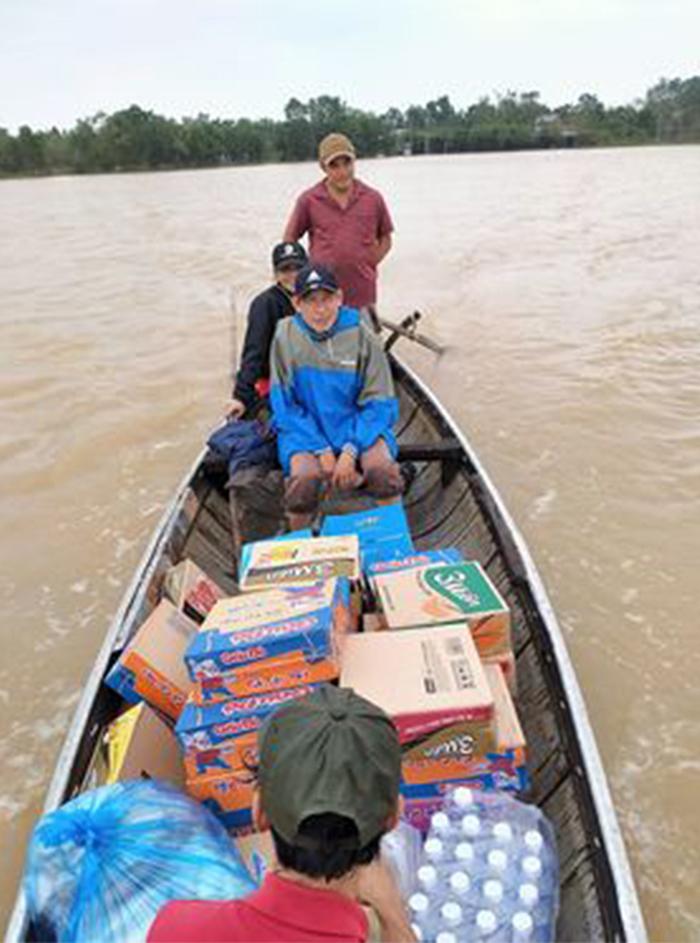 Anh Nam cùng Mạnh Thường quân đưa hàng đi cứu trợ bà con gặp nạn