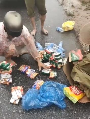 Ấm lòng người dân miền Trung vừa nhận được thùng mì cứu trợ đã bóc ra chia cho 6 hộ gia đình khác 0