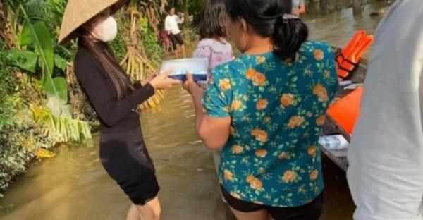 Đội mưa đi tiếp tế, Thủy Tiêncười tươi rói khi gặp bà con.