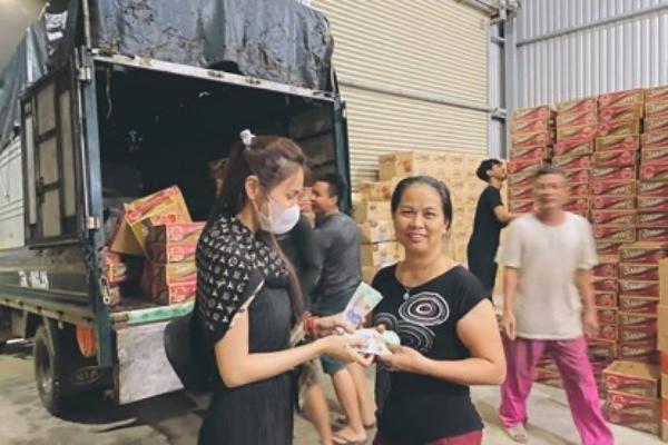 Hình ảnh đẹp của Thủy Tiên khi đi tiếp tế miền Trung liên tục được cộng đồng mạng chia sẻ.