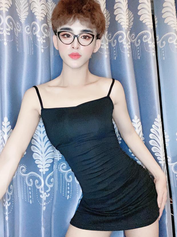 Trần Đức Bo với phong cách giả gái quen thuộc.