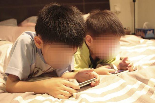 Dù phản ứng rất quyết liệt với bộ sách nhưng nhiều bậc cha mẹ lại thản nhiên đưa điện thoại, ipad cho con chơi (Ảnh minh họa)