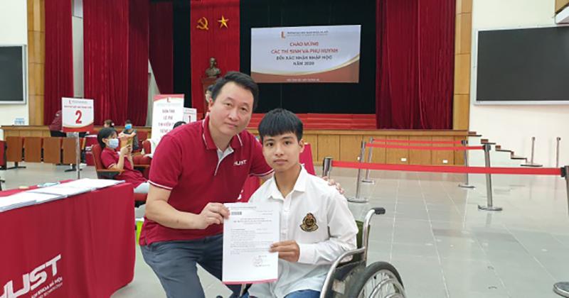 Nguyễn Tất Minh làm thủ tục nhập họctrường Đại họcBách khoa Hà Nội.