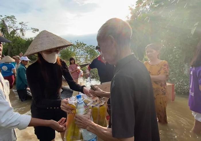 Thủy Tiên cùng đoàn cứu trợ đi vào những khu vực người dân bị cô lập để tặng nhu yếu phẩm
