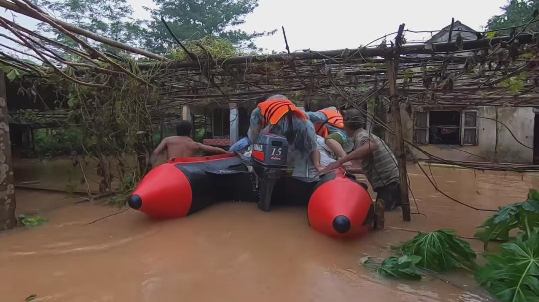 Khu vực nhà bà Lý bị ngập sâu, rất khó để cano tiếp cận được