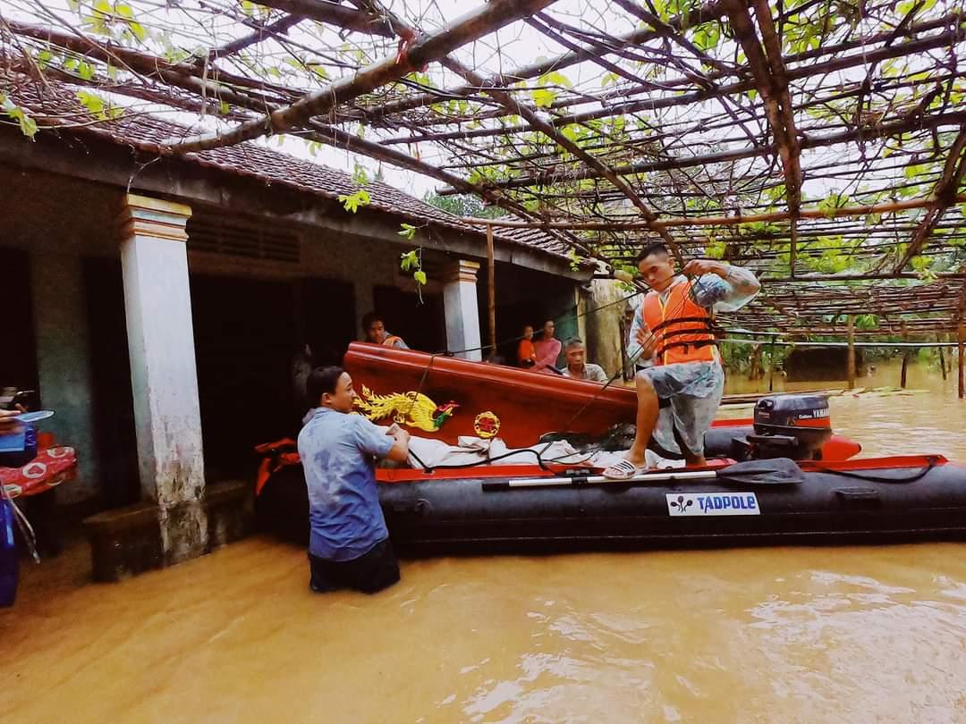Xúc động cảnh cano vượt lũ chở quan tài đến nhà người dân ở vùng lũ Quảng Trị 2
