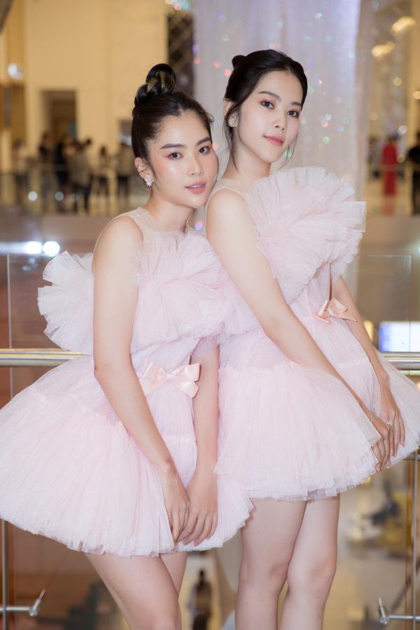 Hai chị em song sinh Nam Anh – Nam Em diện bộ đầm ngắn váy xòe màu hồng ngọt ngào. Dù là tông màu pastel nhưng chính sự ton sur ton đặc biệt và nét đẹp tỏa sáng của Nam Anh – Nam Em đã khiến hai nàng mỹ nữ cực kỳ nổi bật và quyến rũ trên thảm đỏ.