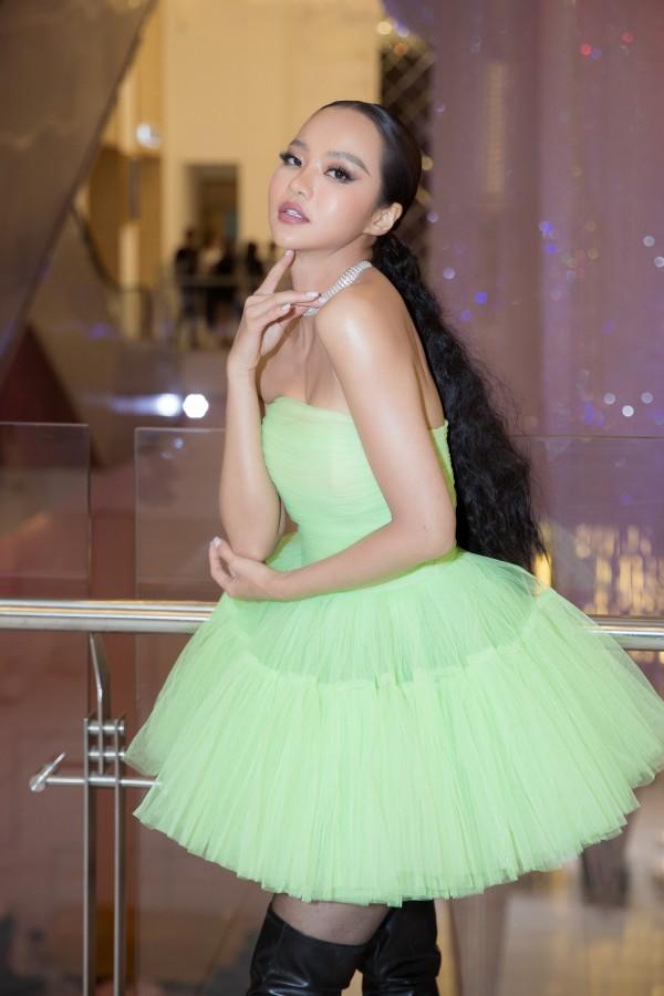 Còn Hoa hậu Kiều Ngân lại vô cùng cá tính và nổi loạn với bộ đầm màu xanh lá phối cùng bốt cao gót đen mạnh mẽ và táo bạo.