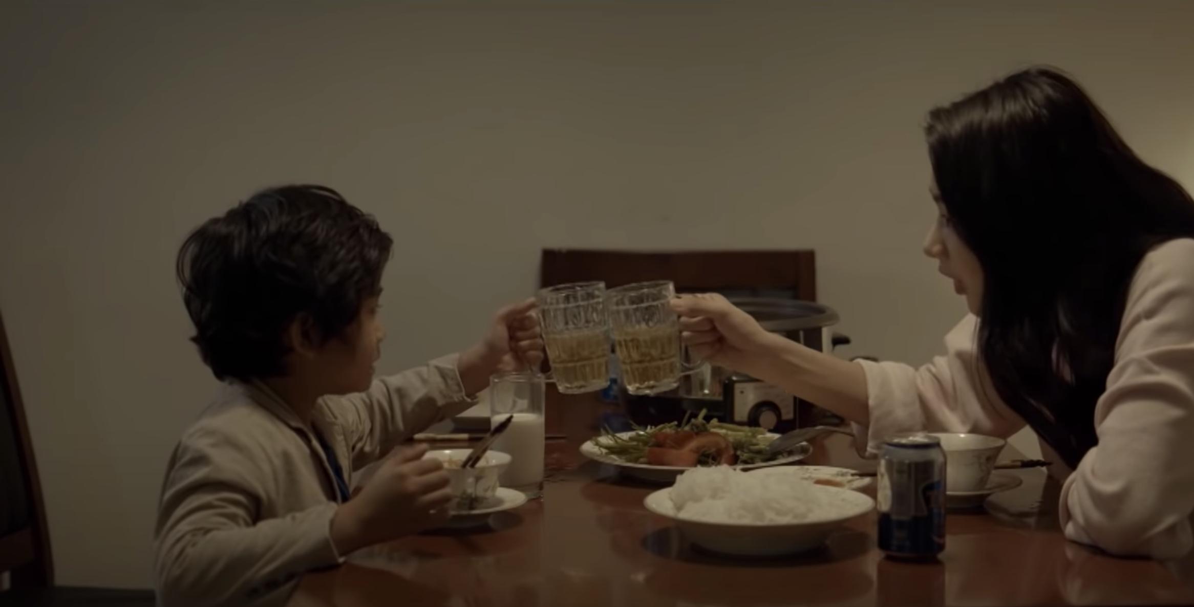 Từ đang uống sữa, nhân vật nhí bỗng bị nữ chính mời cụng ly bia.