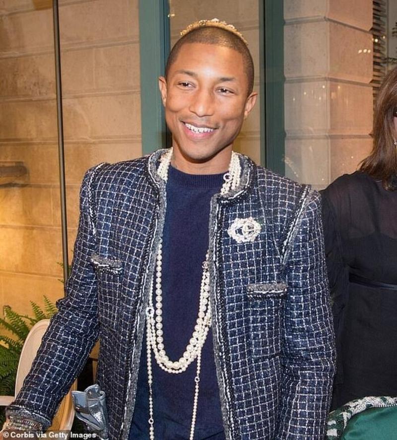Theo đuổi style gender bending - phi giới tính, nam rapper kiêm nhà sản xuất âm nhạc Hollywood Pharrell Williams cũng đeo phụ kiện ngọc trai nhiều tầng trong show diễn của hãng thời trang nước Pháp.