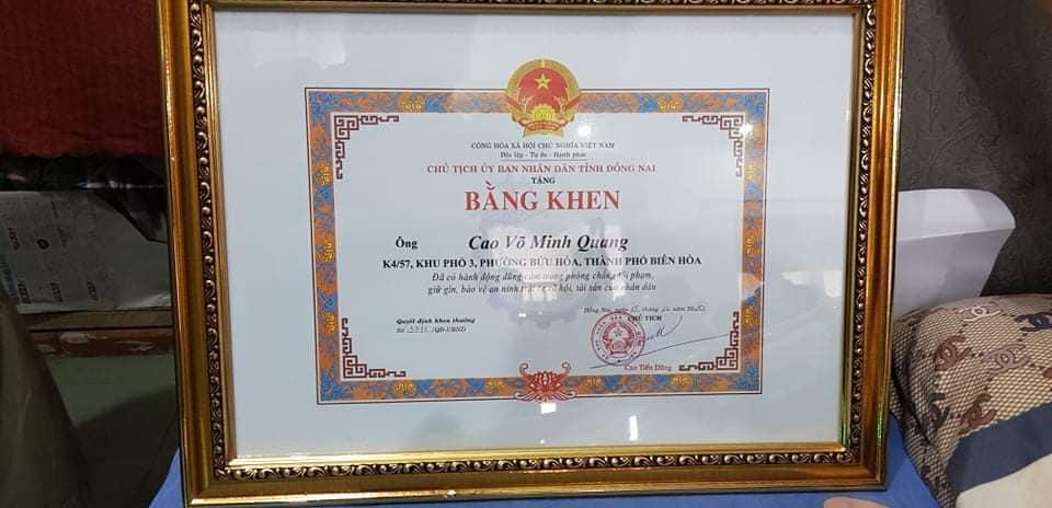 Truy tặng bằng khen cho hiệp sĩ Quangvì có thành tích dũng cảm bắt cướp,bảo vệ tài sản nhân dân.Ảnh: Nguyễn Thiên Báo.