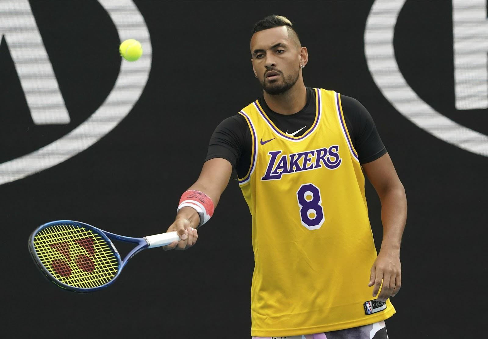 Tay vợt Nick Krygios mặc áo thi đấu của Kobe Bryant tại Australia Open 2020